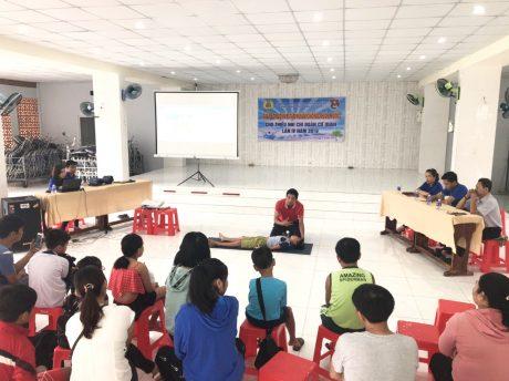 Đoàn viên Chi đoàn Cơ quan hướng dẫn cách sơ cứu nạn nhân bị đuối nước trong chương trình Tập huấn phòng, chống đuối nước và giải bơi lội cho thiếu nhi lần IV năm 2019