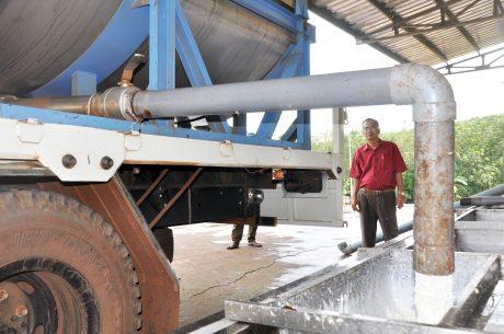 Anh Nguyễn Trọng Thanh - Phó Giám đốc Nhà máy Chế biến Cao su Phú Thịnh theo dõi sáng kiến cải tiến quy trình chế biến trong xử lý pha trộn mủ nguyên liệu