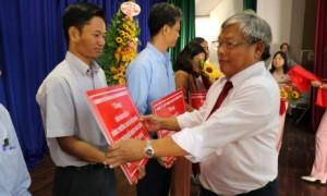Ông Lê Phi HÙng - Chủ tịch HĐQT Công ty trao phần thưởng cho các đội vượt kế hoạch sản lượng năm 2018