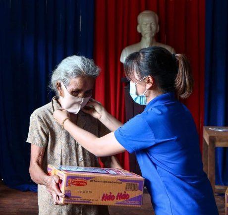 Ngoài nhu yếu phẩm, ĐTN còn tặng khẩu trang kháng khuẩn cho bà con