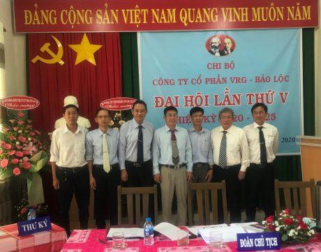 Lãnh đạo VRG tachuo5 hình lưu niệm BCH Chi bộ VRG Bảo Lộc khóa mới