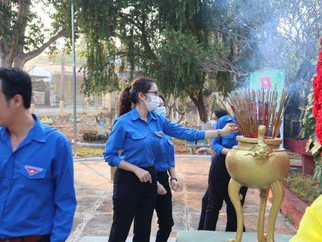 Tại lễ dâng hương, ĐTN công ty đã bàn giao công trình, phần việc thanh niên trị giá 20 triệu đồng nhằm chỉnh trang lại công viên 25/3