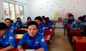 Em Nguyễn Tấn Tú (bàn đầu, bên phải) có 12 năm liền là học sinh giỏi.