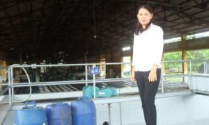 Thái Thị Kim Vi tại khu đánh đông Nhà máy chế biến mủ cao su Hòa Bình.