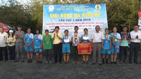Ông Phạm Đình Luyến - Tổng GĐ Công ty trao cúp và cờ cho đội vô địch